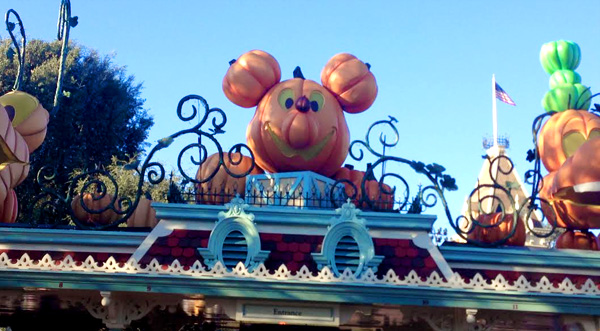 disneyland-pumpkin-entrance