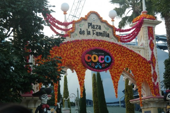 plaza de la familia, coco, disney california adventure park, dia de los meurtos